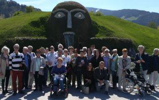 Gruppenbild beim Frühlingsausflug der Selbsthilfegruppen vor den Kristallwelten Wattens