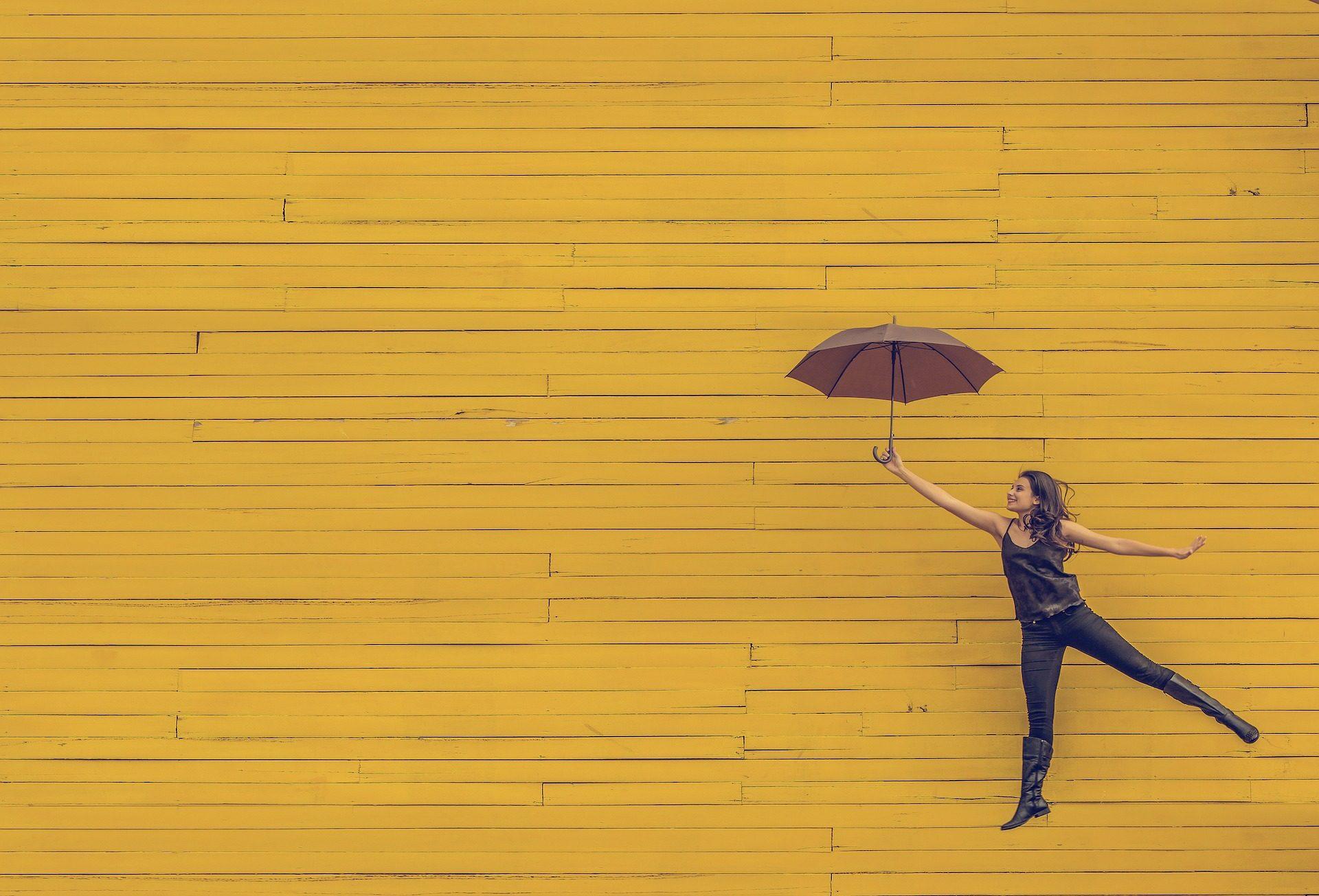 Symbolbild Frau mit Schirm